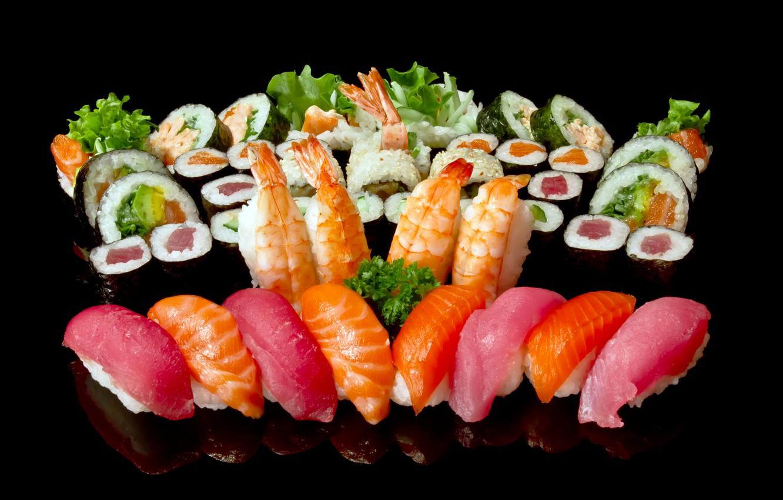 Обои зелень, рыба, рис, черный фон, суши, роллы, креветки, морепродукты,  лосось, ассорти, тунец картинки на рабочий стол, раздел еда - скачать